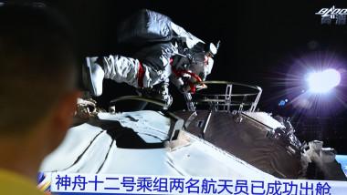 Astronauții chinezi au făcut prima plimbare pe noua stația spațială chineză