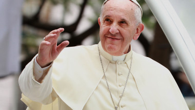 Papa Francisc salută mulțimea