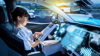 tânără care citește o revistă într-o mașină autonomă.