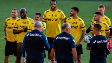 Antrenorii și jucătorii lui CFR Cluj pe teren, înainte de meci.