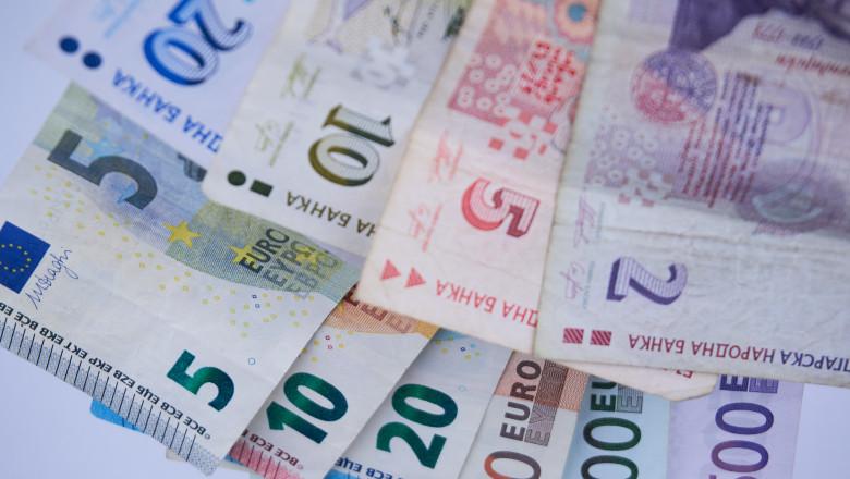 bancnote de leva insirate peste bancnote de euro