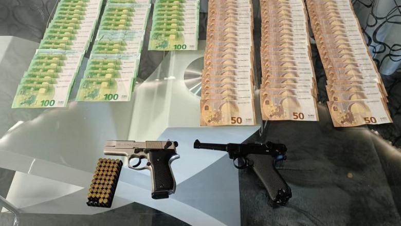 Sume de bani și două arme gasite la o perchezitție de polițiști.