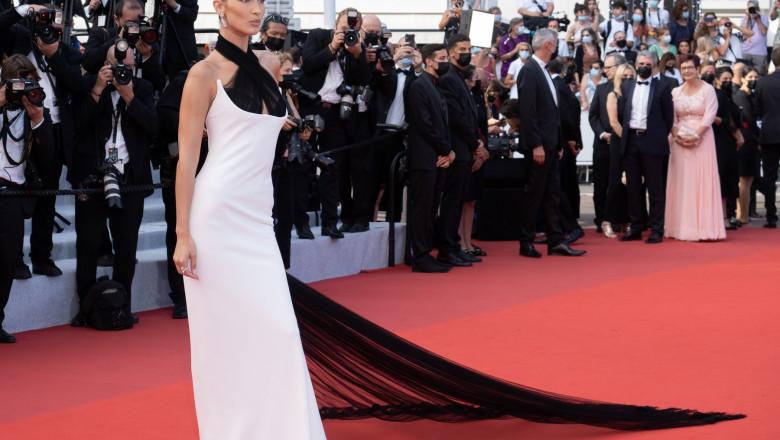 Bella Hadid pe covorul roșu de la Cannes.