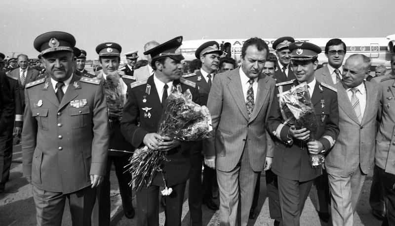 Cosmonautul Dumitru PRunariu la întoarcerea în România, după zborul în spațiu. În planul al doilea, Dumitru Dediu, cosmonautul de rezervă al lui Prunariu