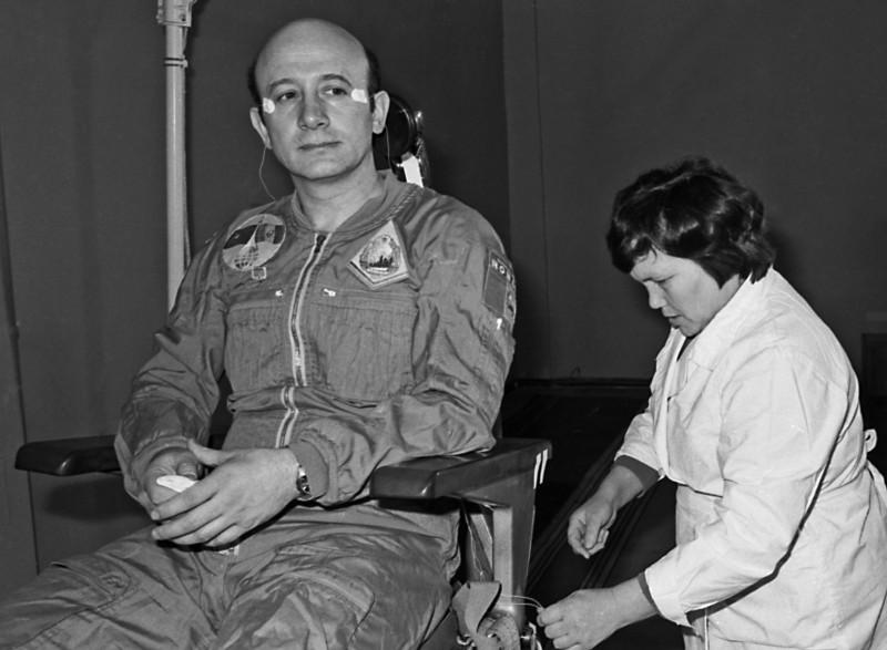 Cosmonautul Mitică Dediu în timpul testelor medicale din URSS