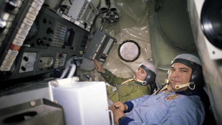 Cosmonautul Dumitru Dediu (stânga), rezerva cosmonautului român Dumitru Prunariu, alături de cosmonautul sovietic Iuri Romanenko