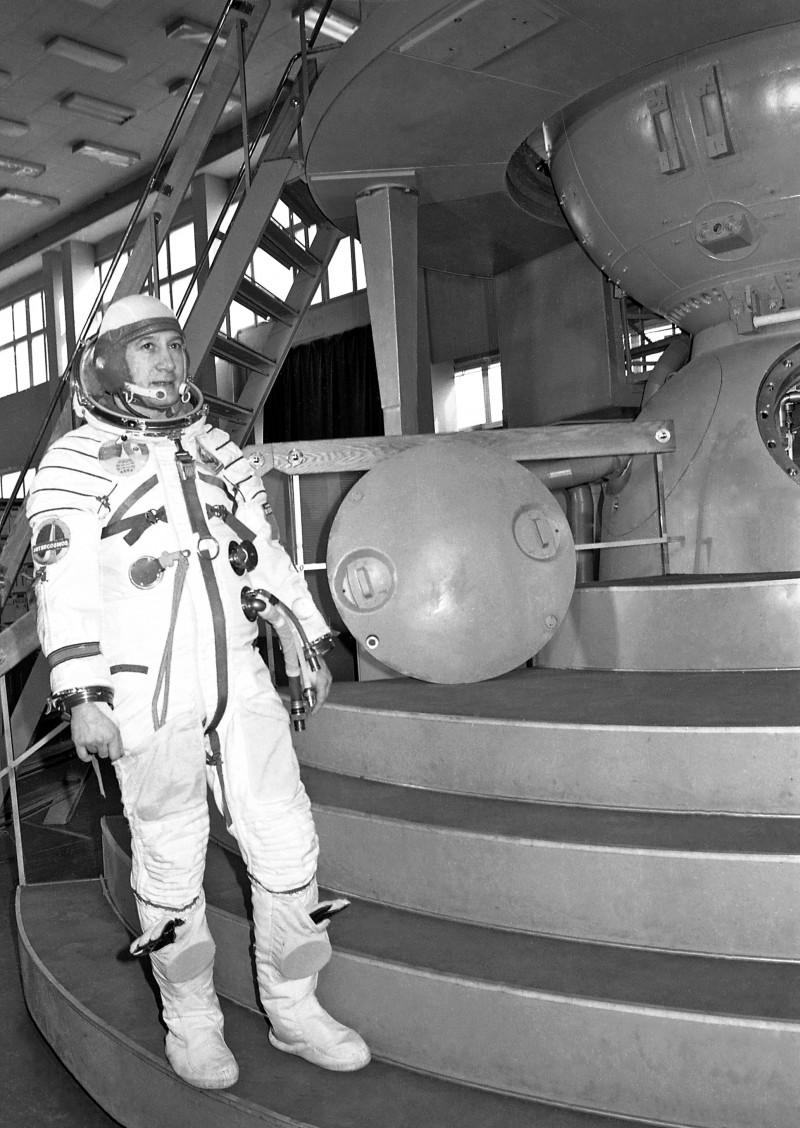 Cosmonautul Mitică Dediu în costum de scafandru cosmic, în timpul pregătirilor pentru zborul spațial