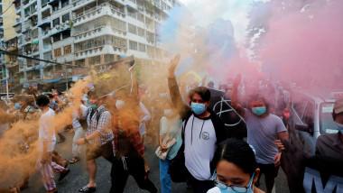 oamenii au iești la proteste în Myanmar