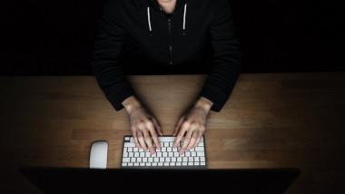 Un bărbat lucrează la computer.