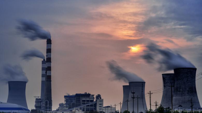 Panoramă cu o centrală electrică pe cărbune pe timp de zi