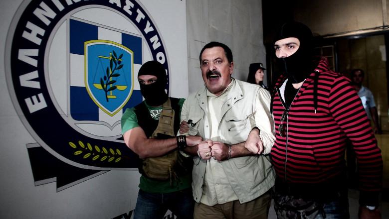 Lider neonazist din Grecia, cu cătușe la mâini.