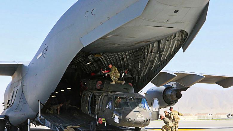 Un elicopter este încărcat într-un avion american.