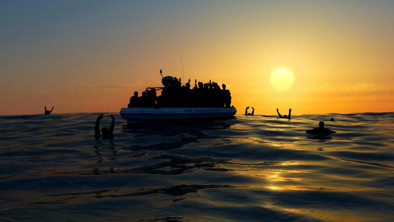 refugiati in barca si refugiati in apa cu mainile ridicate
