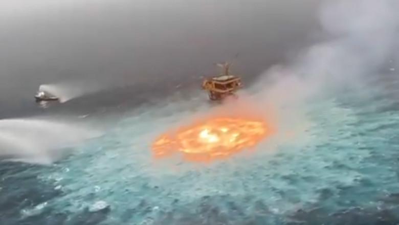 un vartej de foc in mijlocul oceanului