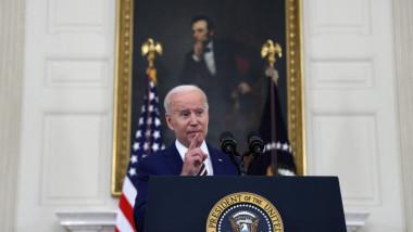 președintele SUA, Joe Biden, vorbește de la pupitrul prezidențial cu un tablou cu Abraham Lincoln în spate