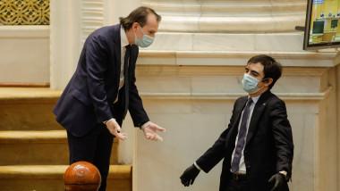 nasui si citu la parlament cu masca si manusi