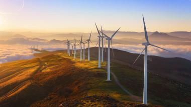 Rețeaua de turbine eoliene din parcul Oiz (Spania). Imagine cu caracter sugestiv