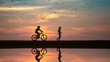 bicicleta barbat fata jogging