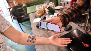 Locuitorii din Moscova își tatuează QR codul care demonstrează vaccinarea.