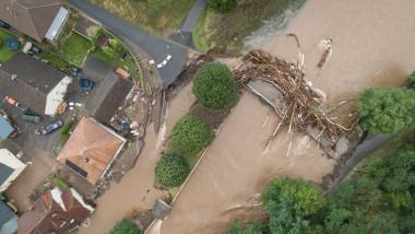 vedere de sus cu inundatii, casa, pod distrus in vestul germaniei