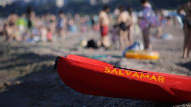 pluta de salvamar pe plaja plina