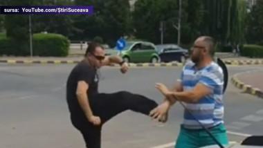 Doi șoferi s-au luat la bătaie într-un sens giratoriu din Suceava