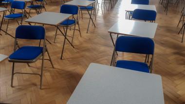 banci in sala de clasa