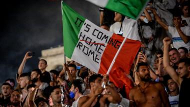 L'Italia vince Euro 2020, festeggiamenti in Piazza Duomo a Milano