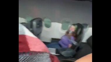femeie in avion