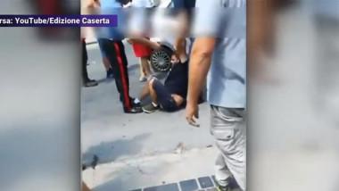 roman din italia pe jos in timp ce e arestat pentru ca a lovt doi politisti