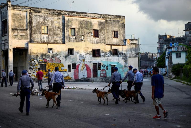 politisti cu caini pe strazile din havana profimedia-0620984512