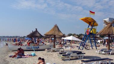 Turiști pe litoralul românesc