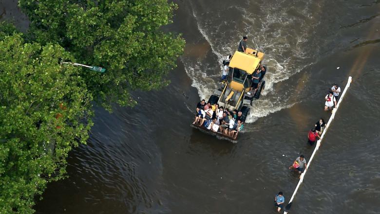 12 milioane de oameni, prizonierii apelor. Excavatoare folosite pe post de autobuze, pentru transportul public într-un oraș din China