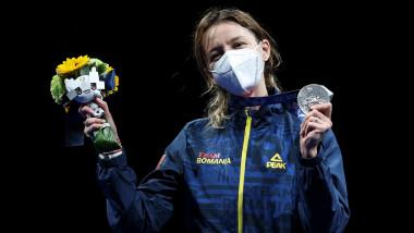 ana maria popescu pe podium la tokyo cu un buchet de flori intr-o mana si medalia de argint in cealalta mana