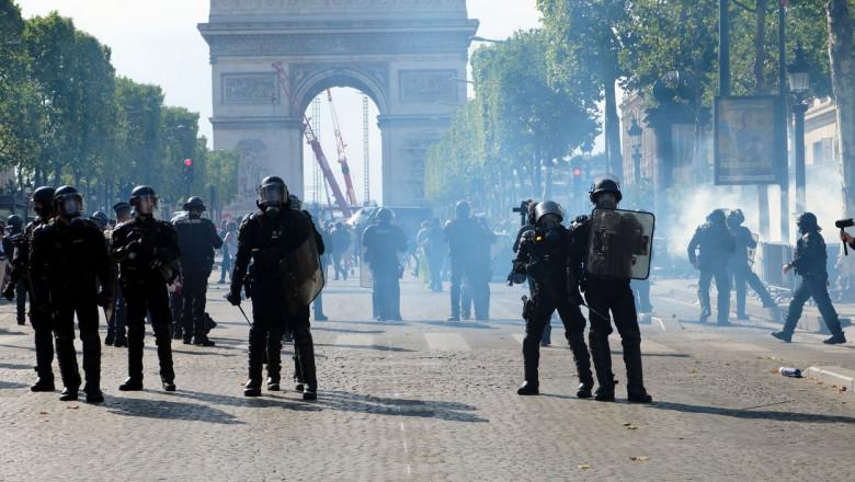 Zeci de mii de oameni protestează din nou în Franța împotriva permisului sanitar și vaccinării, instigați de lideri de extremă-dreapta