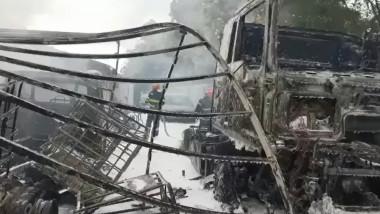 fiare contorsionate si masina arsa intr-un incendiu