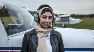 Maya Ghazal într-o poză cu un avion pe fundal