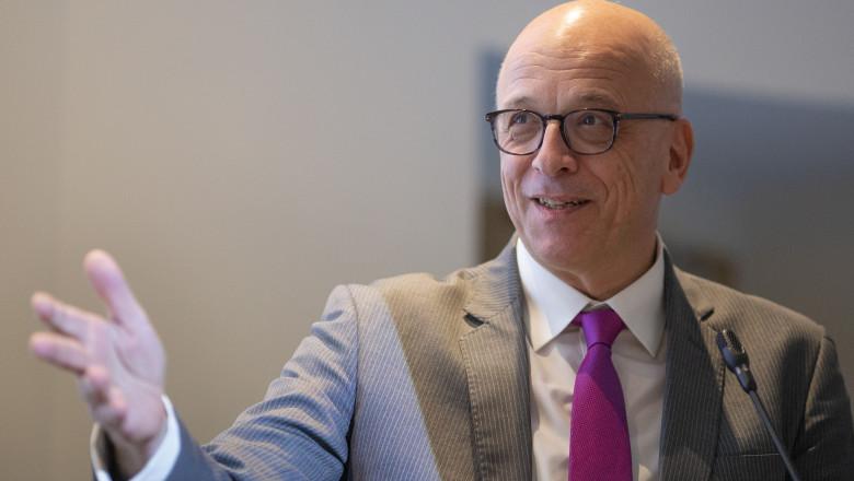 Ambasadorul Cord Meier-Klodt zambeste si face un gest cu mana