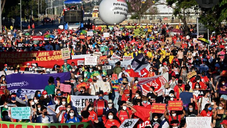 """Zeci de mii de brazilieni au ieșit în stradă împotriva președintelui extremist Bolsonaro: """"Acest guvern e vinovat de genocid"""""""