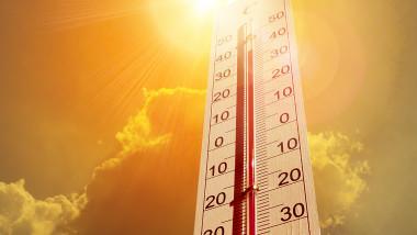 termometru cu soare in spate care arata 40 de grade celsius