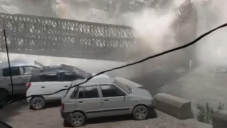 bolovani cazuti de pe munte distrug un pod si masini parcate