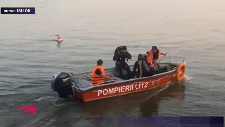 pompieri salvatori cu barca pe dunare