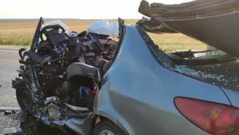 epava unei masini impliicate ntr-un accident cu 3 morti