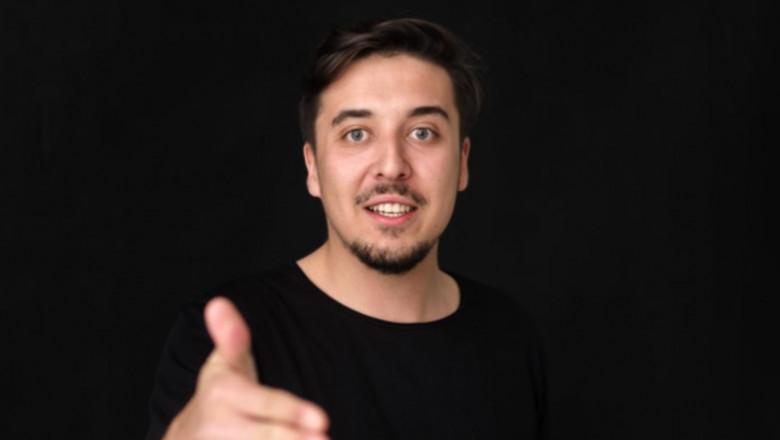 denis tudor face un gest cu mana intinsă