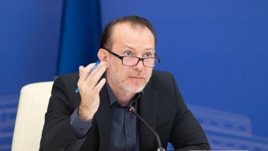 Florin Cîțu vorbește la o ședință de guvern.