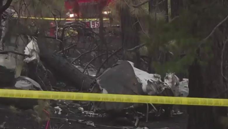 Resturile unui avion prăbușit.