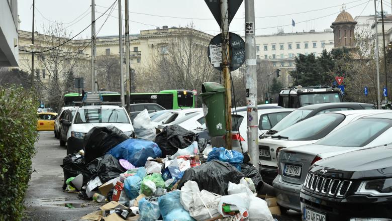 gramada de gunoi lasata pe stradă