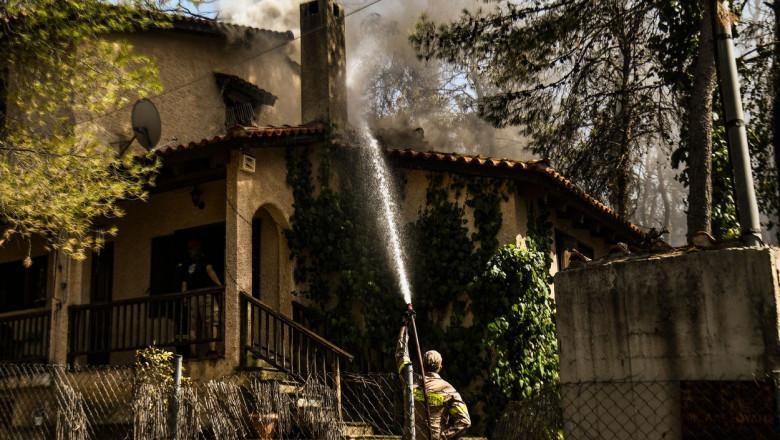 Pompierii intervin pentru stingerea unui incendiu de amploare în apropiere de Atena.