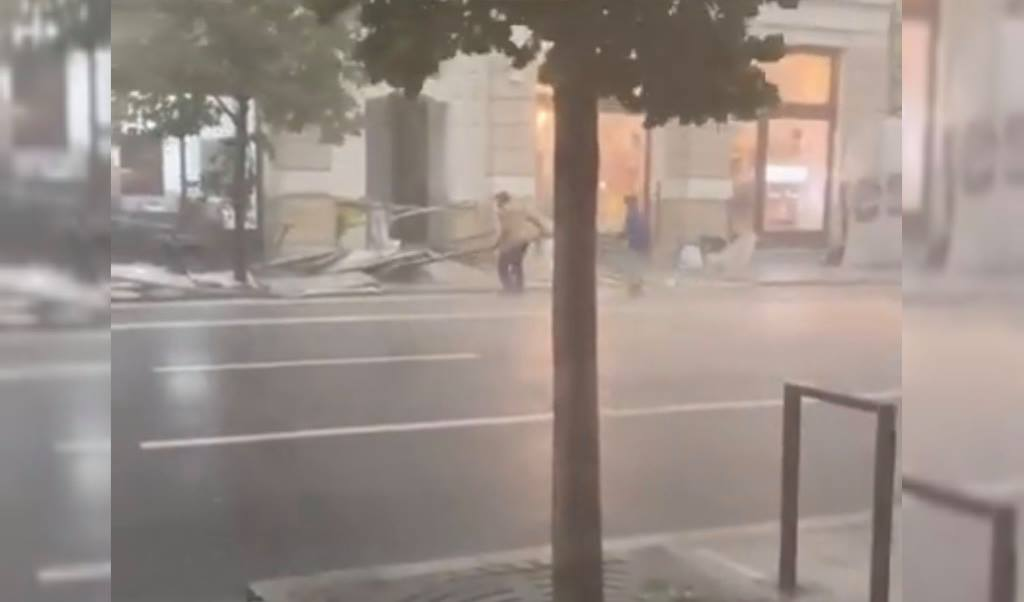 VIDEO. Furtuna a făcut ravagii în Cluj-Napoca. Vântul puternic a doborât mai multe schele din centrul orașului