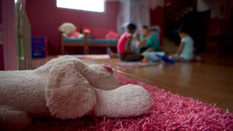 Copii într-o cameră.